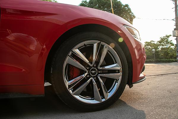 红色福特野马轮毂改电镀黑及卡钳改烤漆红色_志琦轮毂电镀
