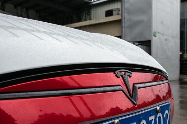 特斯拉轮毂及车标亮条改电镀大红色_志琦轮毂电镀